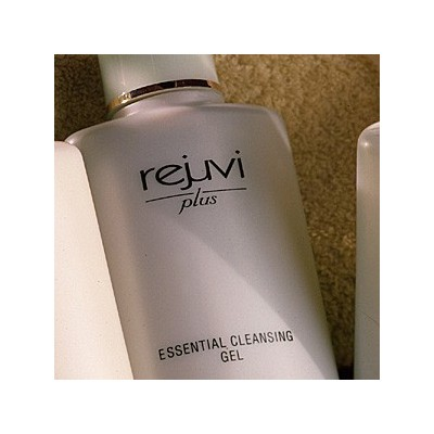 RJ + ESSENTIAL CLEANSING GEL